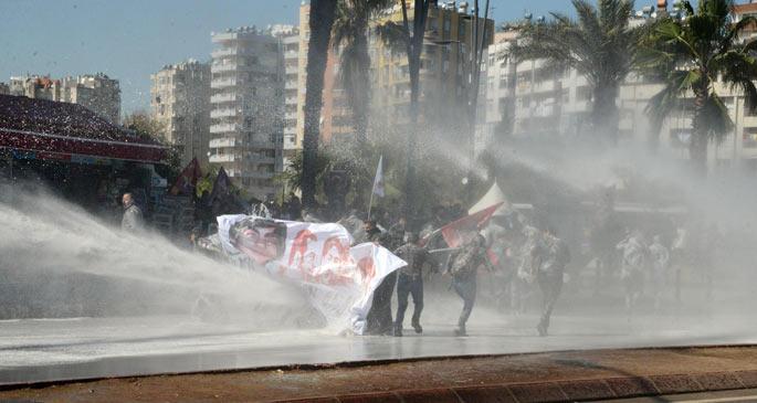 Erdoğan\'ı protesto eden Adanalılara polis saldırdı