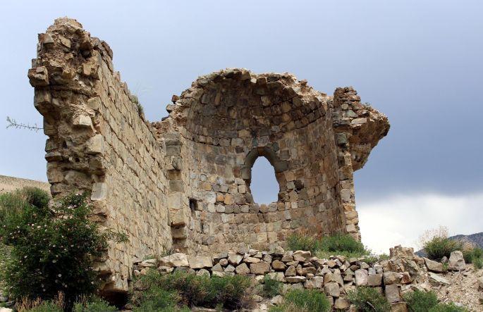Ermeni kilisesinin iki duvarı kaldı