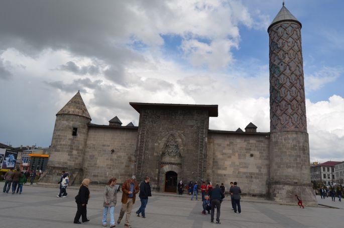 Erzurum'da tarihi eserler çürümeye terk ediliyor