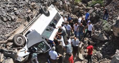 Askerleri taşıyan araç devrildi: 10 ölü