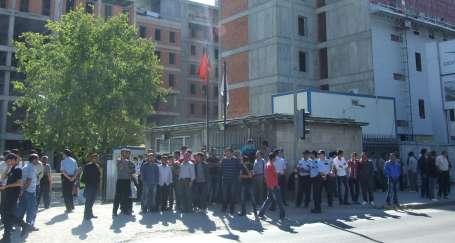 Meclis binasını yapan işçiler eylemde