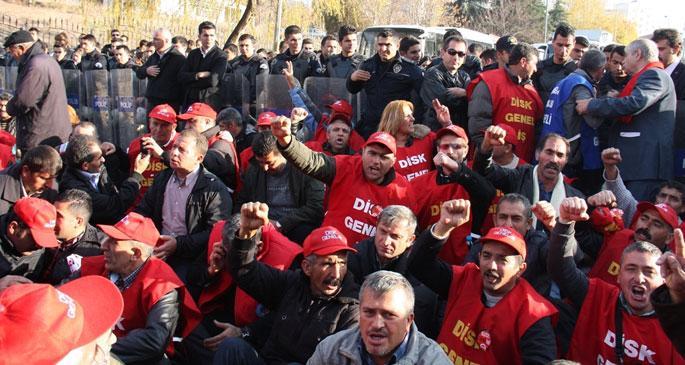 Grev hakkı için bakanlık önünde eylem