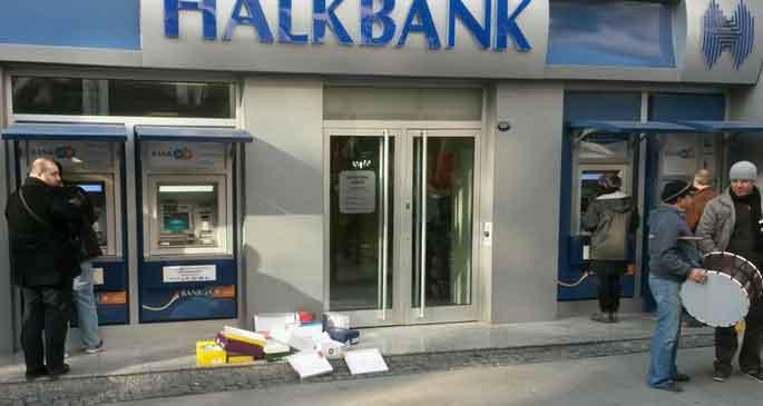 Halkbank önüne ayakkabı kutuları bırakıldı