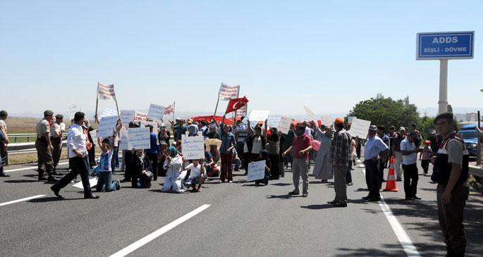 HEMA mağduru işçiler yol kapatarak tabutlu eylem yaptı