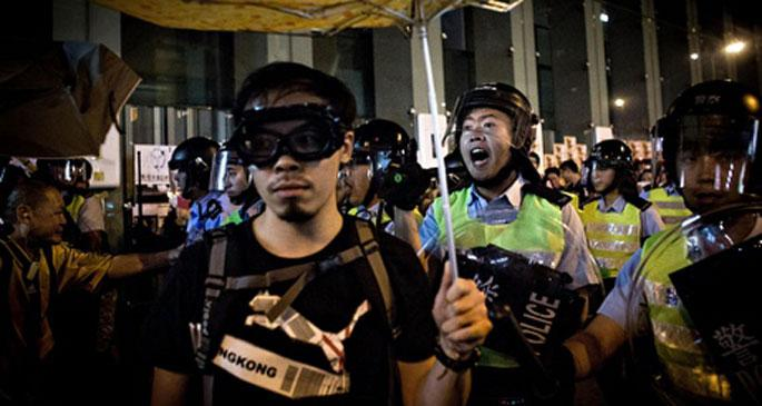 Hong Kong\'da polis saldırısı: 20 yaralı