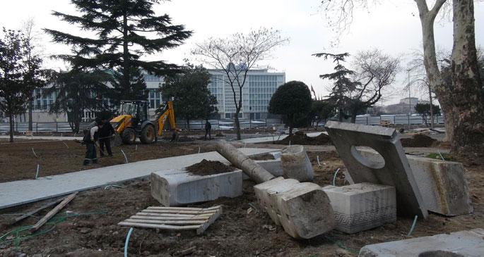 İBB'nin önündeki parkta soyut heykeller yerle bir