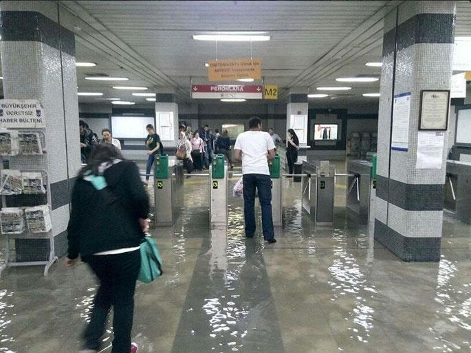 İçinde şemsiyeyle gezilen metro