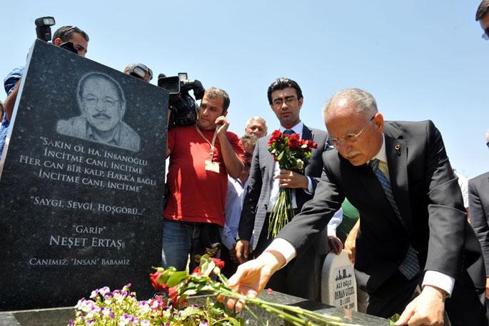 İhsanoğlu, Ertaş'ın mezarını ziyaret etti