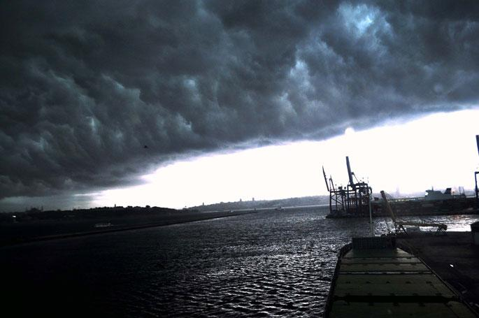 İstanbul, gündüz vakti geceyi yaşadı, beklenen yağmur geldi