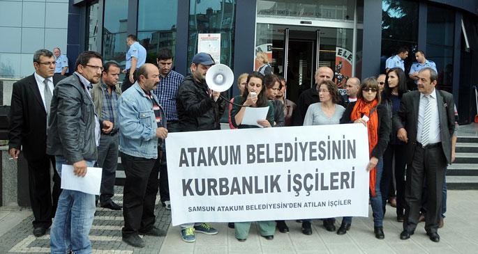 İşten çıkarılan işçiler belediye önünde eylem yaptı