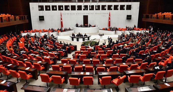 Kadın milletvekillerden küfüre kırmızı fularlı protesto