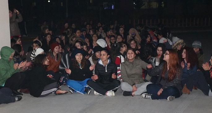 Kadın öğrenciler tacize karşı ayaklandı