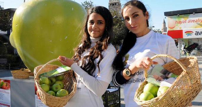 Kansere karşı yeşil elma dağıttılar