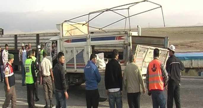 Kasasında tarım işçilerini taşıyan kamyonet kaza yaptı: 21 yaralı