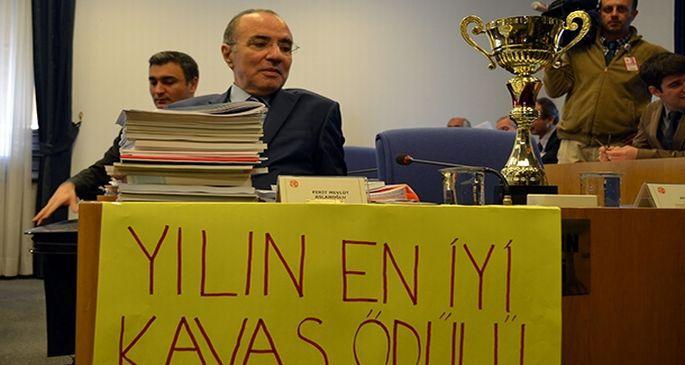 Komisyonda kupalı pankartlı 'kavas' protestosu