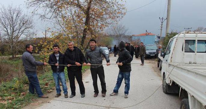 Köylüler, ellerinde sopalarla yolu kapattı