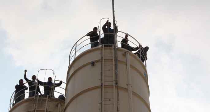 Maaşı ödenmeyen işçiler siloya çıktı