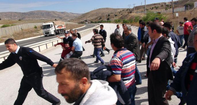 Maaşını alamayan seramik işçileri yolu trafiğe kapattı