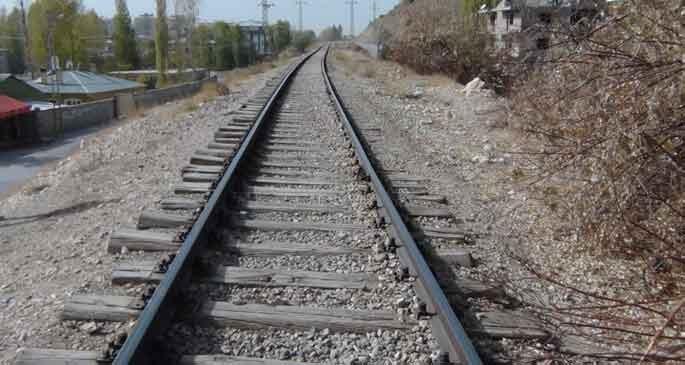 Mahallenin ortasından geçen tren yolu korkutuyor!
