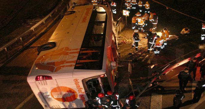 Maslak\'ta yolcu otobüsü devrildi: 2 ölü