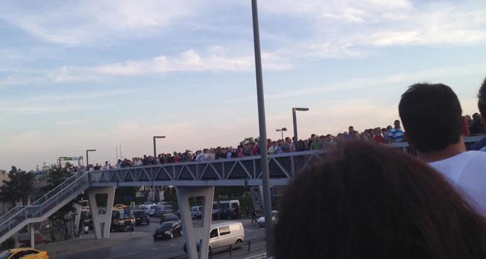 Metrobüse ulaşamayan yolcular, E-5'i yürüyerek geçti