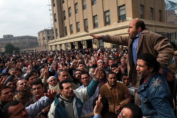 Mısır'da hükümeti grevler ve kötü ekonomi götürdü