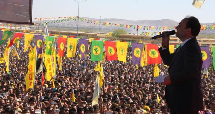 Newroz ateşi etrafından binlerce kişi halaya durdu