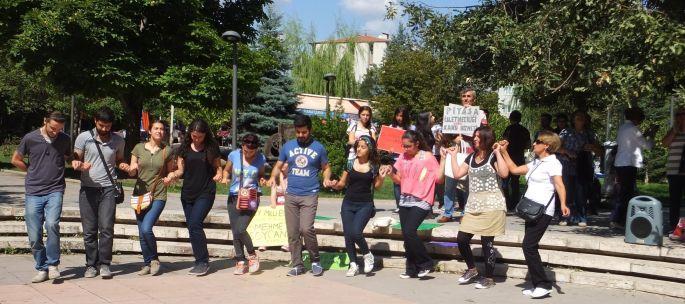 Öğrenciler müdürlerinin görevden alınmasını halay çekerek protesto etti