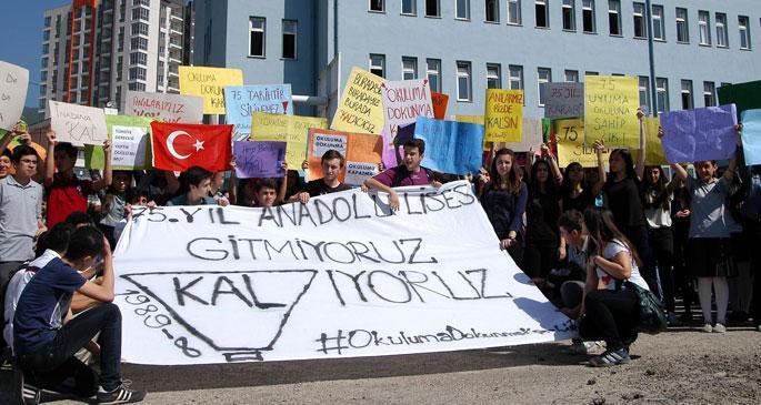 Okulları İmam Hatip\'e çevrilmek istenen öğrencilerden protesto