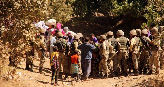 Ölümden kaçan Êzidilere asker barikatı!