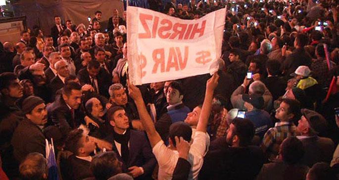 Osmaniye\'de \'hırsız var\' pankartını açan AKP'li çıktı