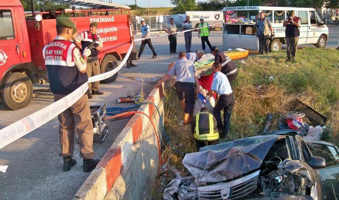 Otomobil, akaryakıt istasyonunun duvarına çarptı: 4 ölü