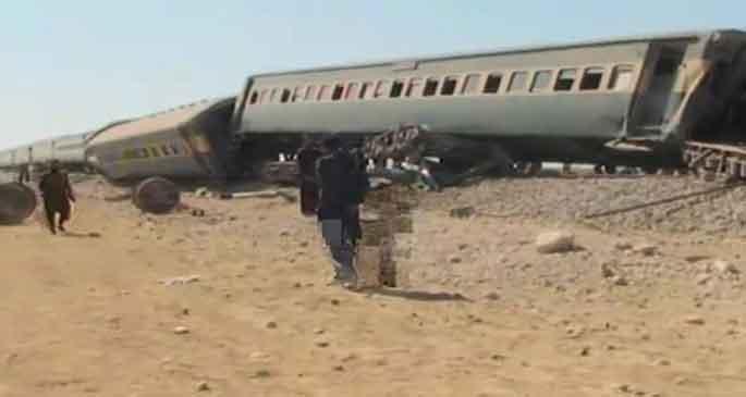Pakistan'da yolcu trenine saldırı: 7 ölü