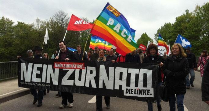 Paskalya'da binlerce kişi savaşa karşı yürüdü