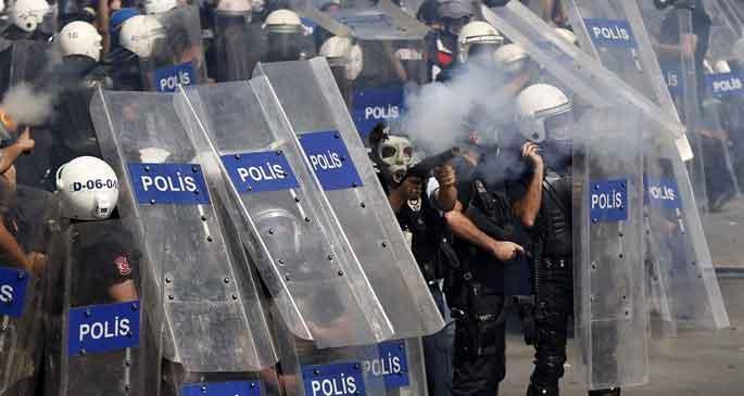 Polisten gazeteciye: Döverim, kanun var, burası Uganda değil