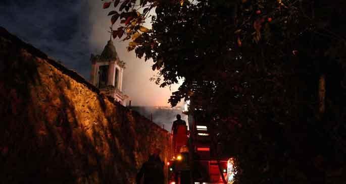 Rum Ortodoks Kilisesine ait bina alev alev yandı