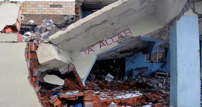 Silopi\'de fırtına minare yıktı: 2 yaralı