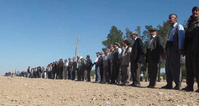Sınır hattında binlerce kişi insan zinciri oluşturdu