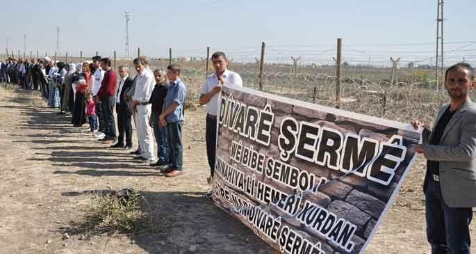 Sınırda duvara karşı insan zinciri