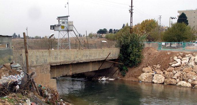 Sınırdaki duvar tarihi köprü üzerine örüldü