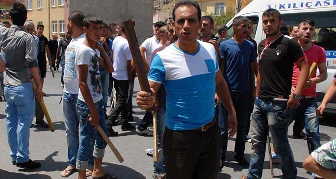 Suriyelilerin üzerine yürüyen kitleye polis müdahale etti