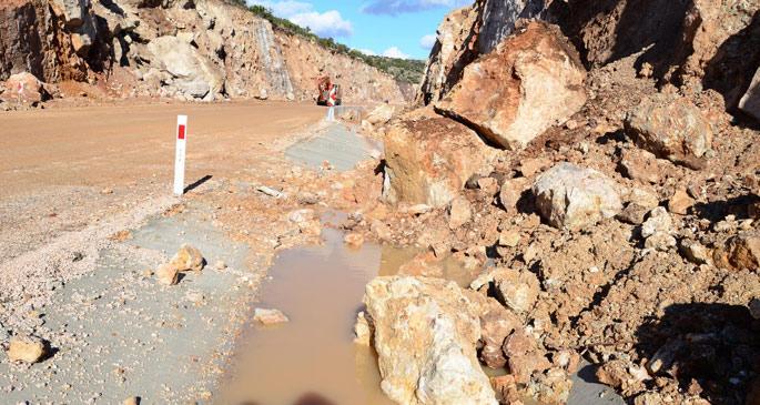 Urla-Karaburun yolu, açıldıktan bir gün sonra kapandı