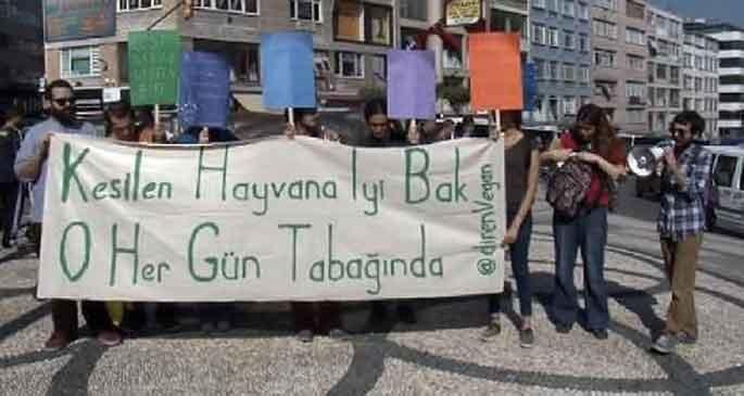 Veganlar kurban kesimini protesto etti