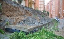Anamur'da istinat duvarı çöktü, 13 araç altında kaldı