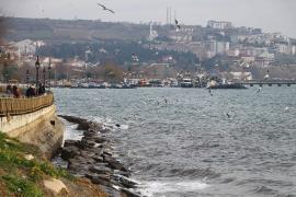 İstanbul'da lodos nedeniyle deniz ulaşımı aksadı: Beyoğlu'da bir binanın çatısı uçtu