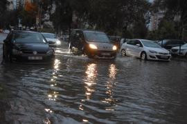 İzmir'de sağanak etkili oldu; yollar göle döndü, binalara su doldu