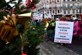 Dünyadan Noel manzaraları: İsyan, grev, dans!