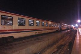 Elazığ'da depremzedeler geceyi tren vagonlarında geçirdi