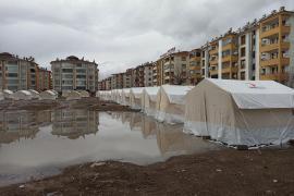 Elazığ'da çadır kentleri su bastı, odunlar ıslandı, çadırlar kullanılmaz halde