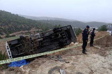 Denizli'de yolcu midibüsü devrildi: 1 ölü, 20 yaralı